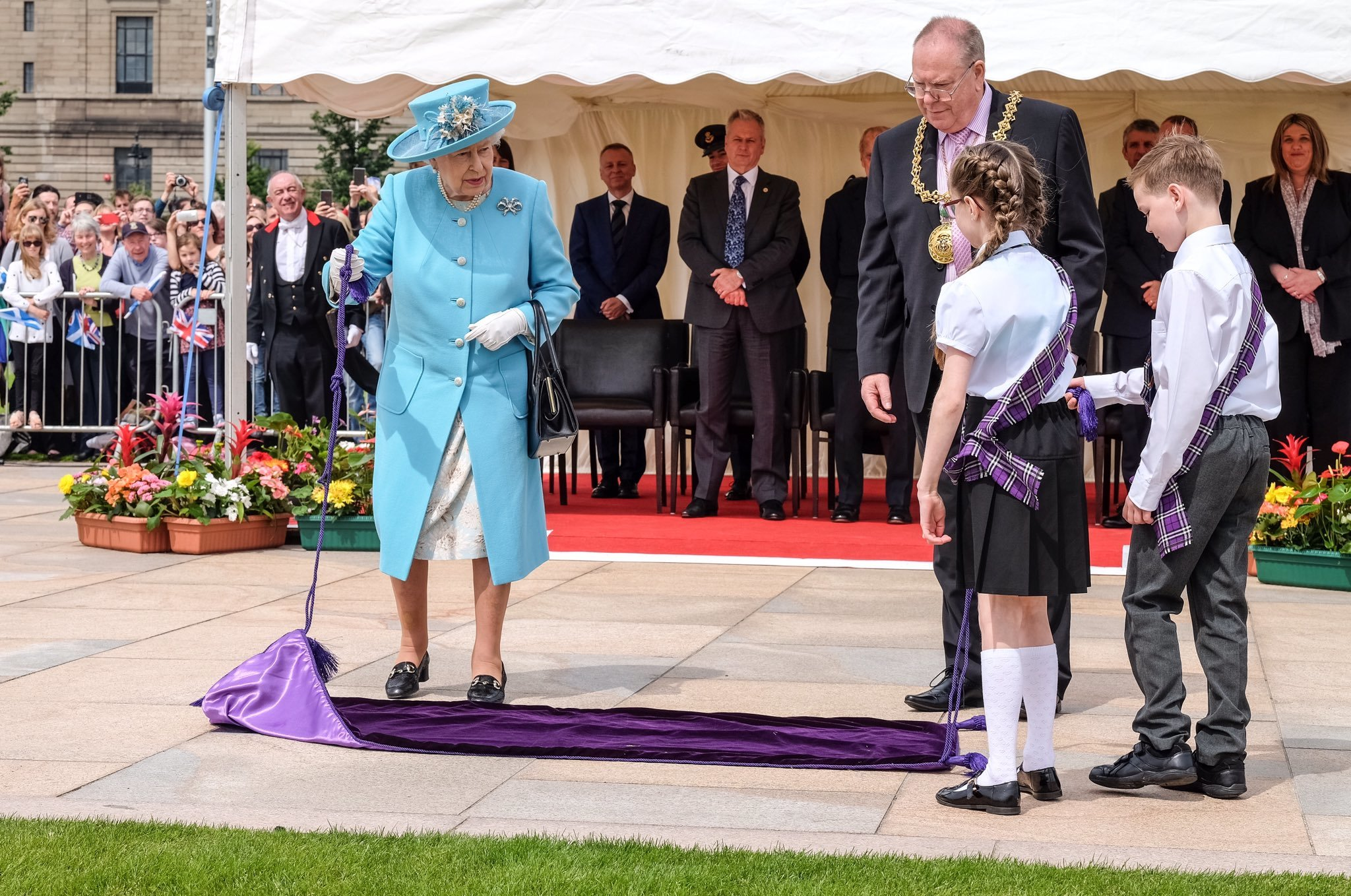 The Queen unveils a plaque at Slessor Gardens.