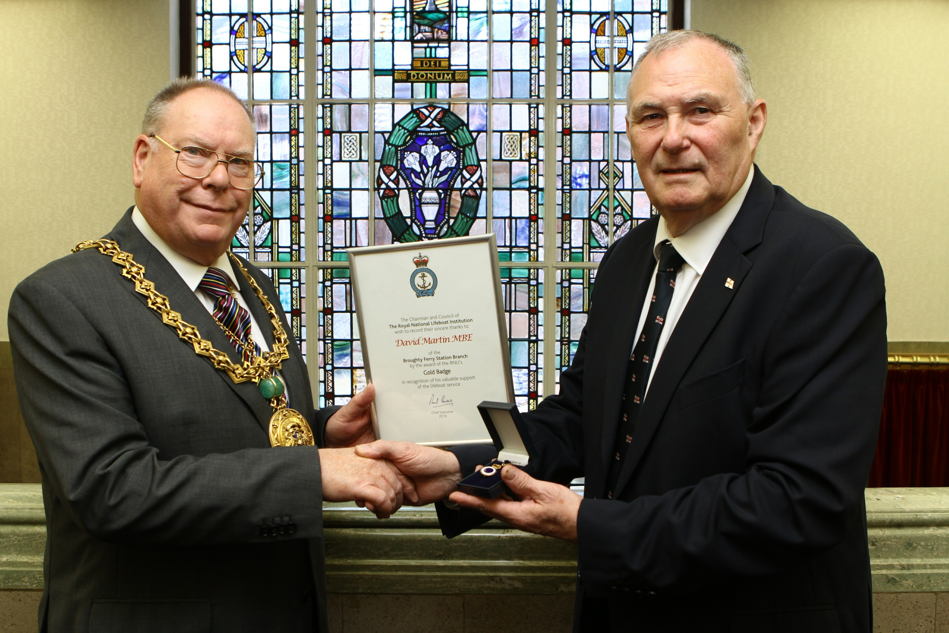 Lord Provost Bob Duncan presenting Dave with his gold badge and certificate.