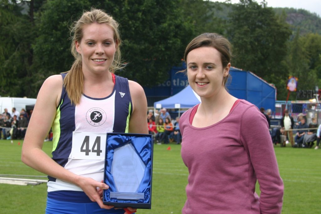 Olympian Laura Muir present Rebecca Burns with her trophy.