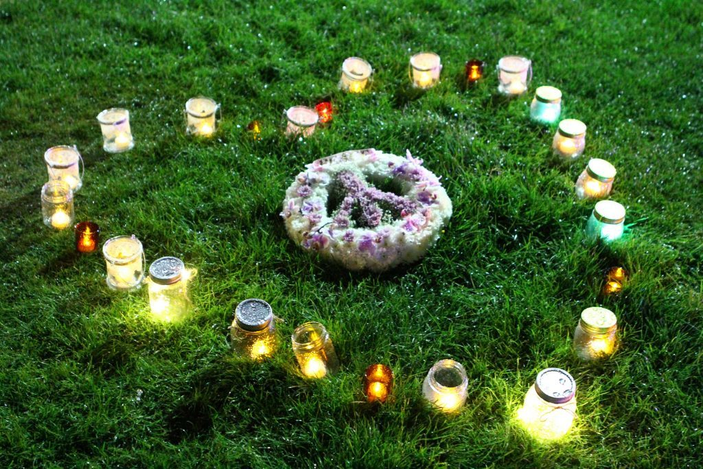 A wreath and candles promoting peace.