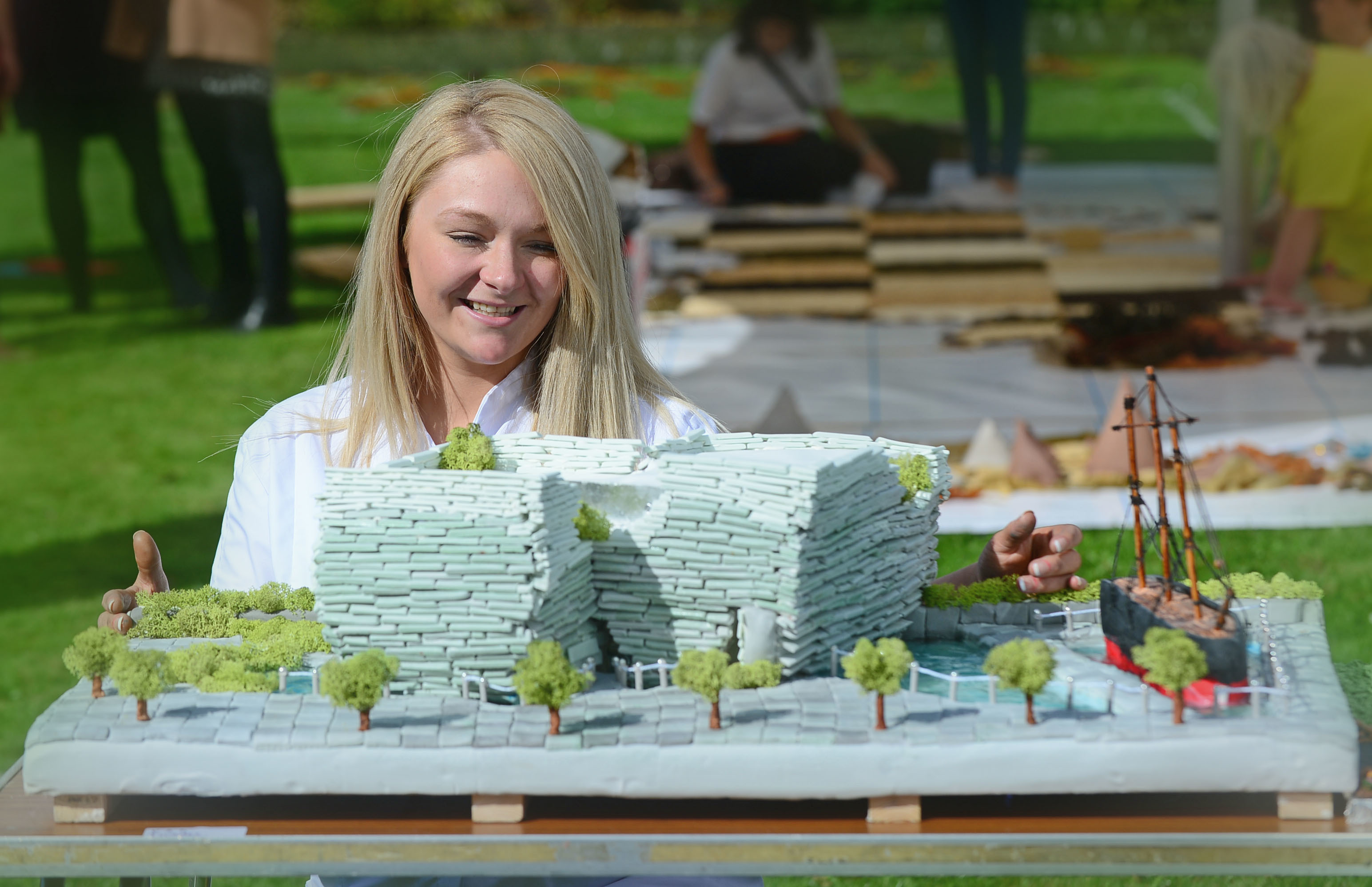 Baker Lynsey Latto with her V&A Dundee cake.