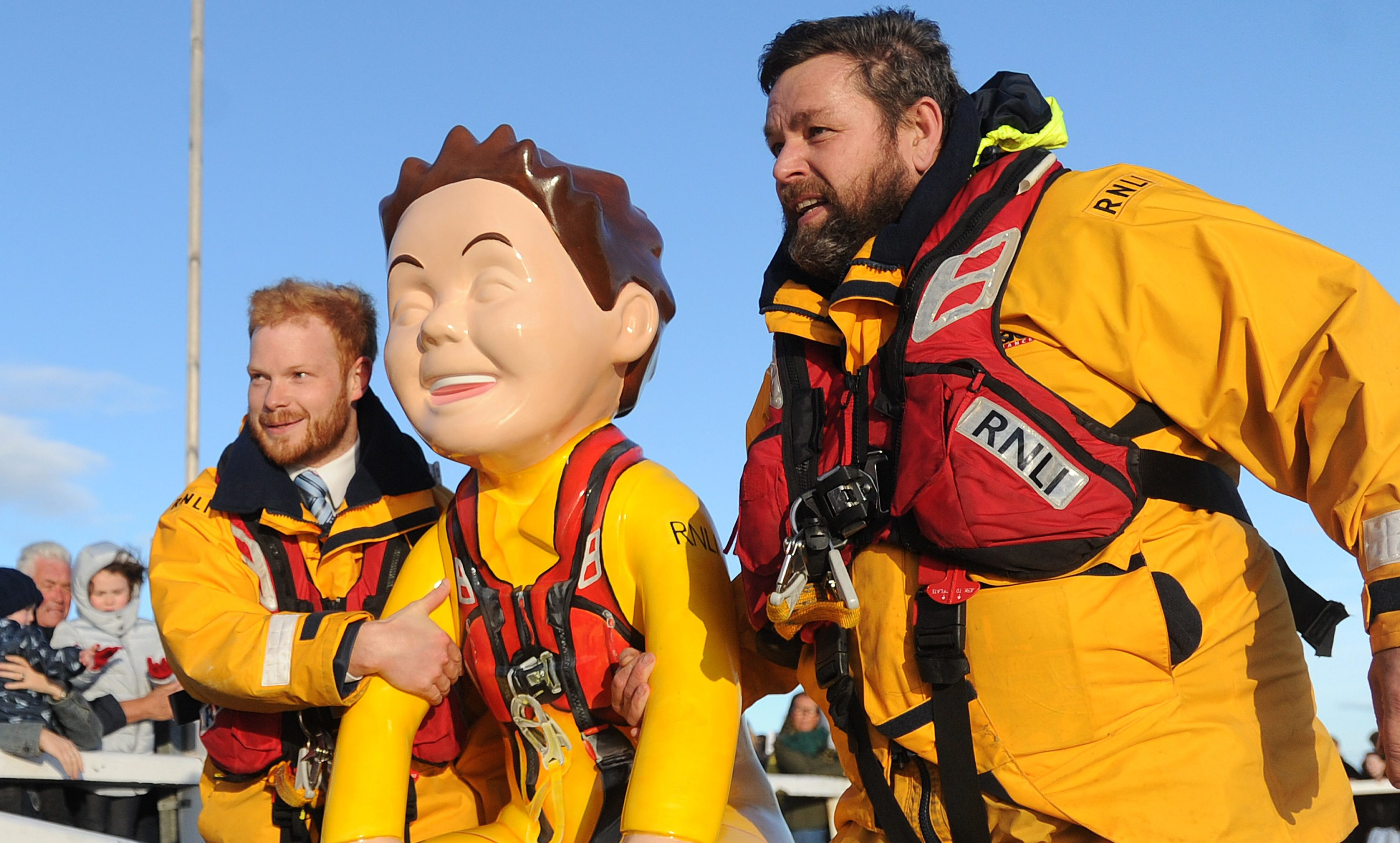 Ewan Philp and station mechanic Scott Huggins bring Oor Lifesaver ashore.