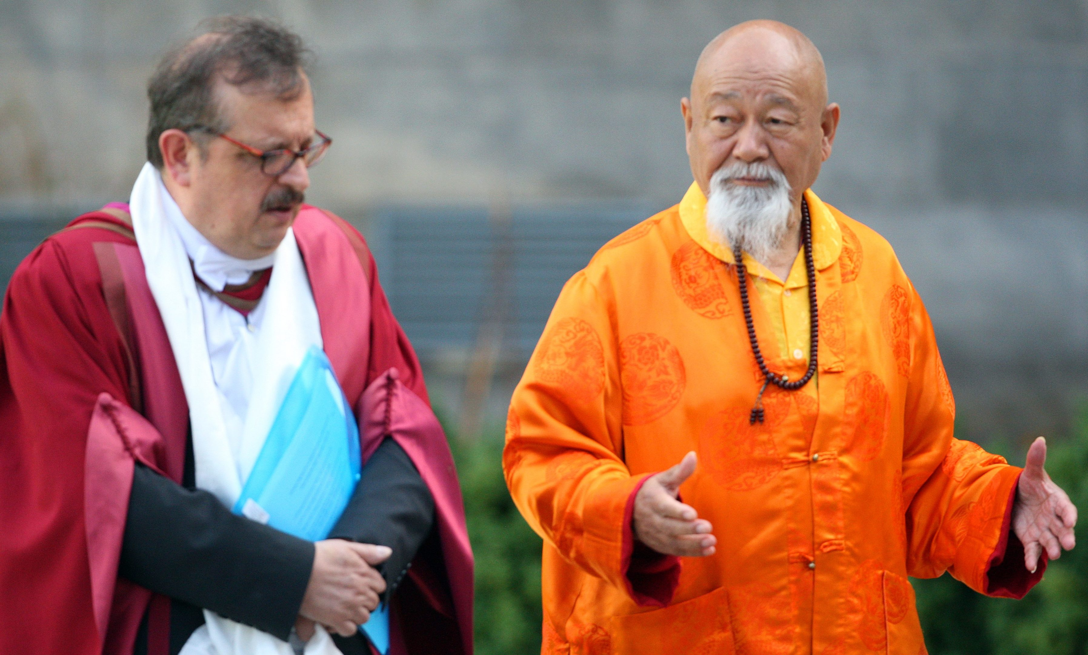 Professor of Divinity Mario Aguilar talking to Abbot Lama Yeshe Rinpoche in St Salvator's Quadrangle.