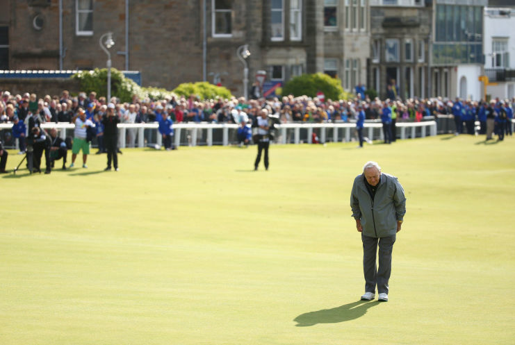 Arnold Palmer takes a bow on the 18th fairway of the Old Course at the end of the 2015 Champions Championship