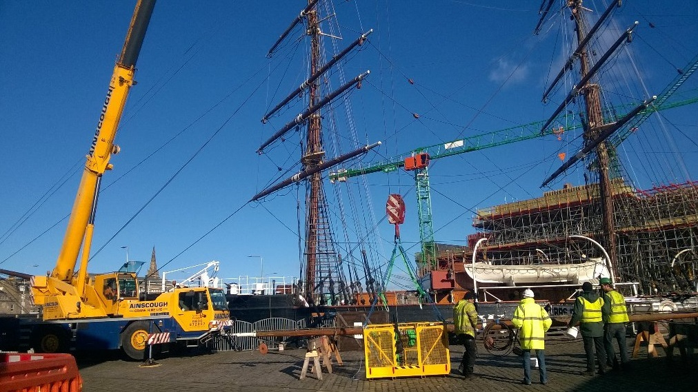 The spars being taken down from the Discovery.