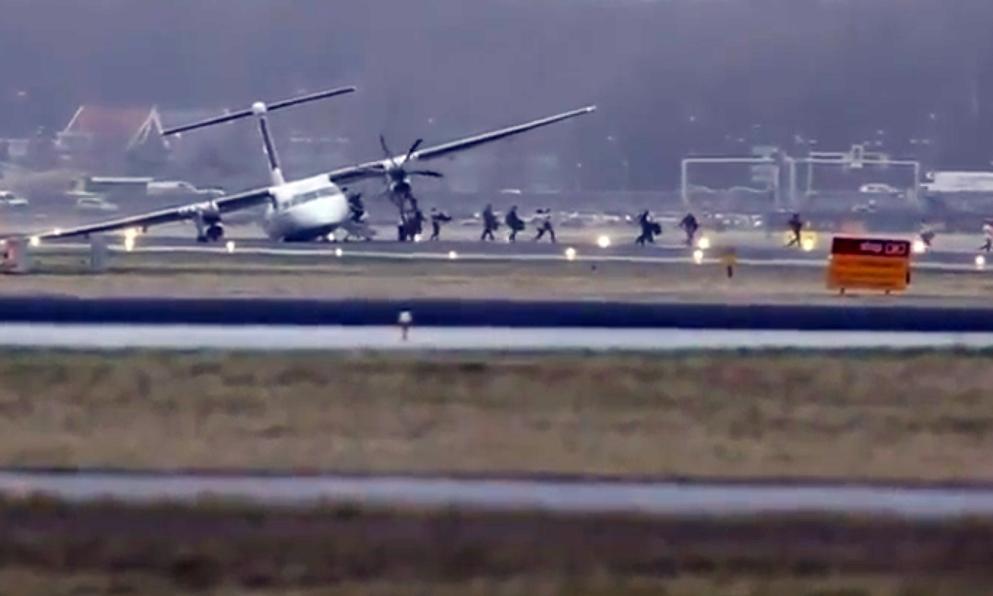 Passengers evacuating the plane.