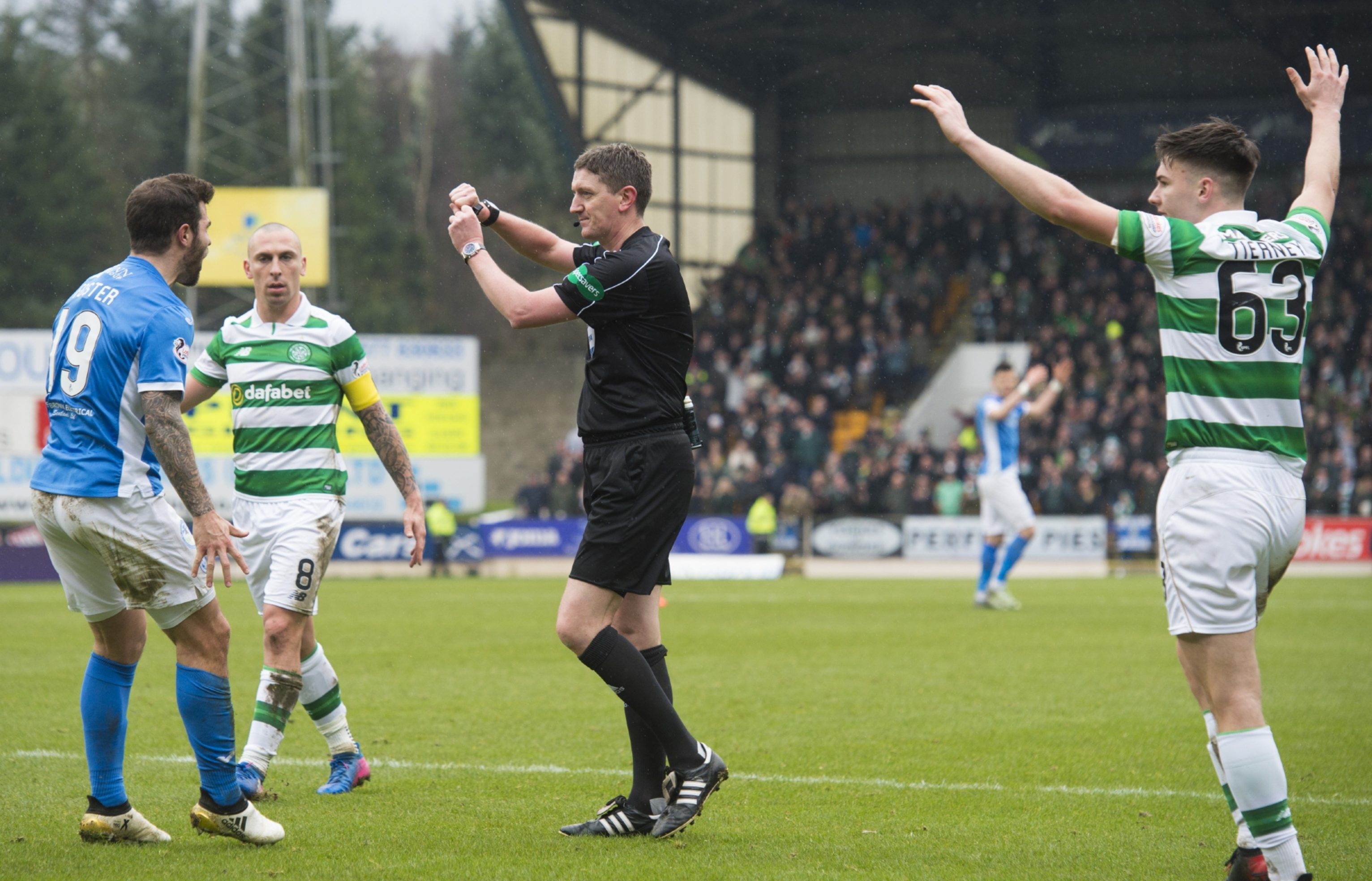 Referee Craig Thomson gives the spotkick to Celtic.