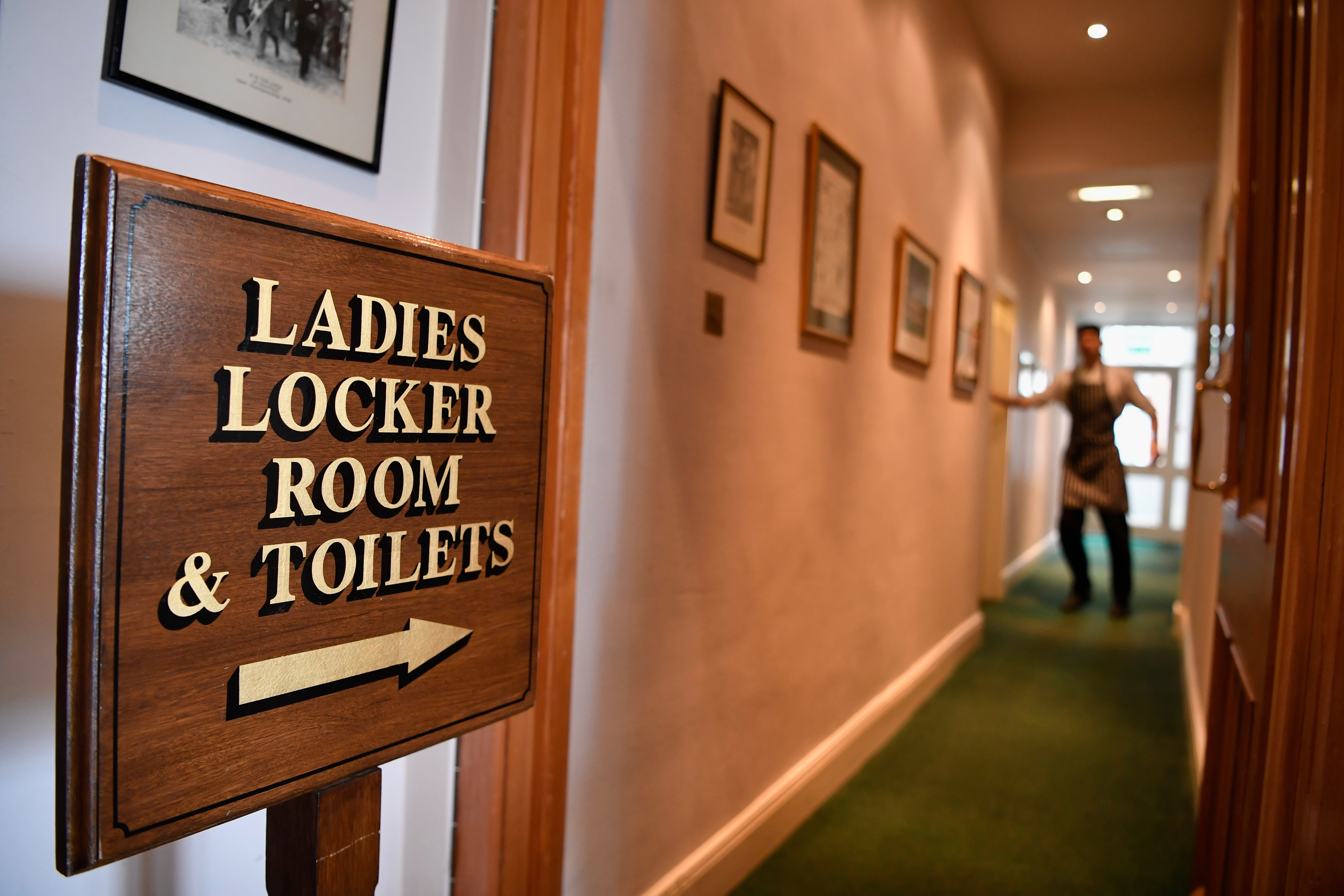 Directions to the ladies' locker room within the clubhouse of the Honourable Company of Edinburgh Golfers at Muirfield.