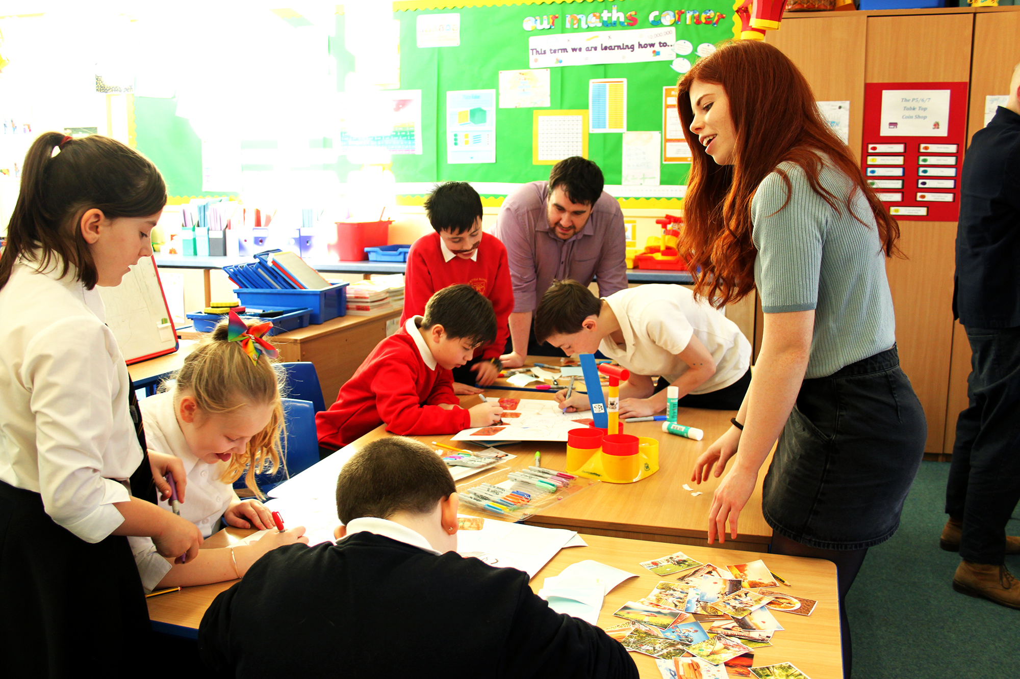 Melissa working with pupils at Newtyle Primary School to brainstorm ideas.