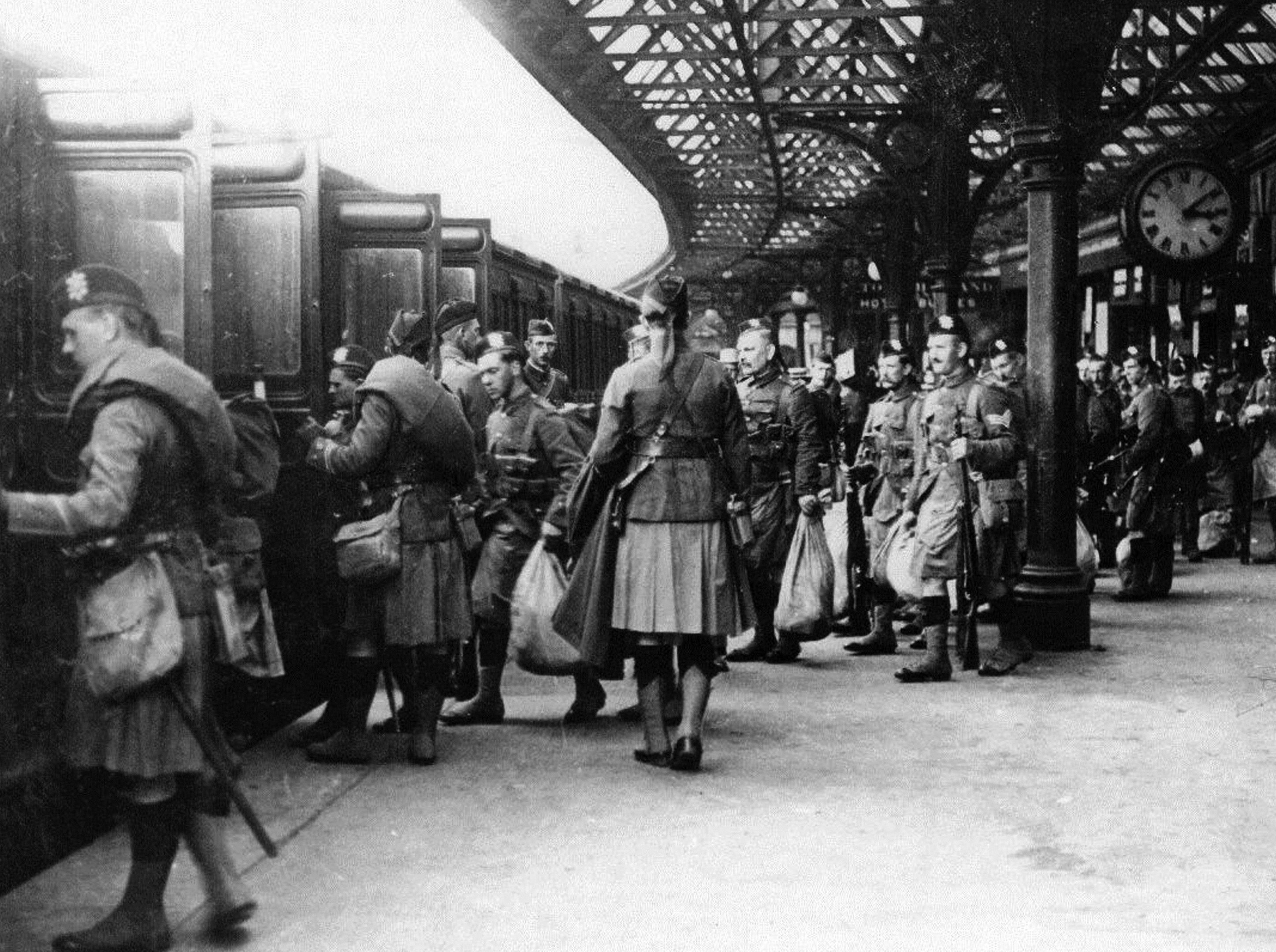 Soldiers of The Black Watch leaving Dundee for the western front.