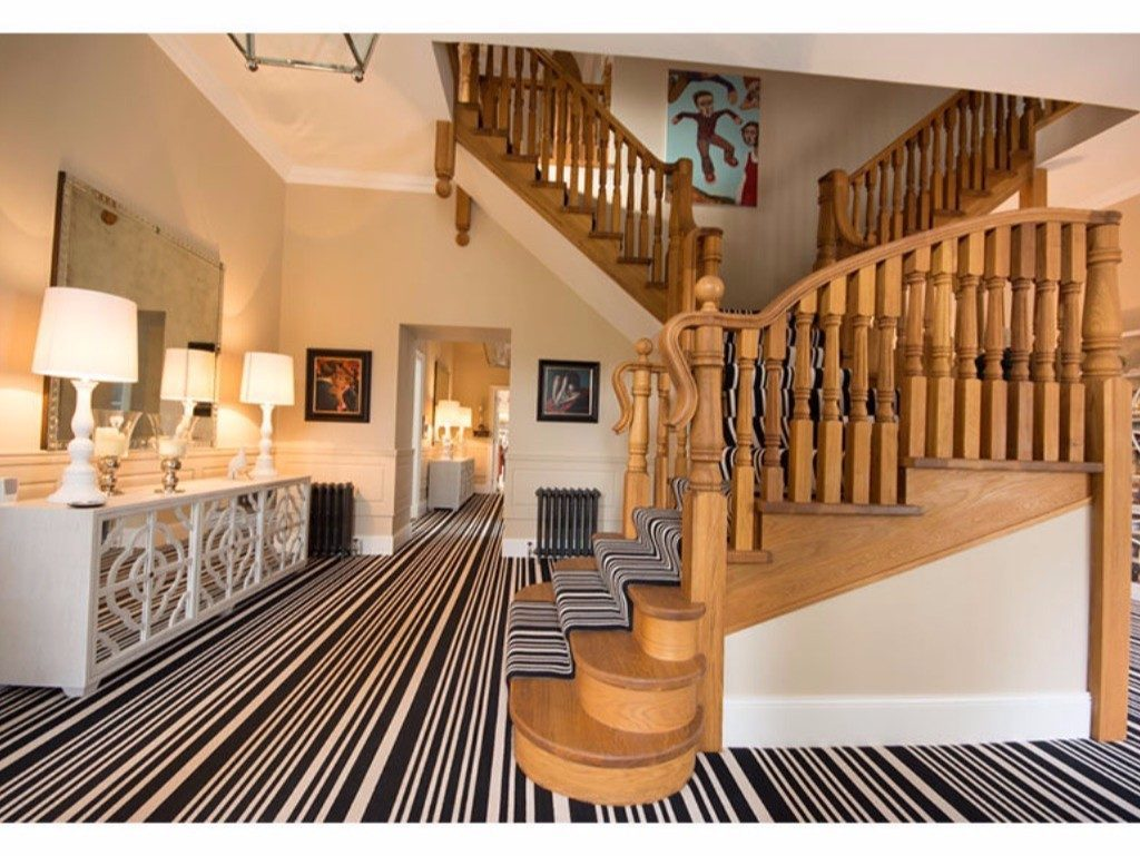 26120891_addlMain6_Hallway and stairs from front door D3CABE8A-BF86-4D6D-BEF3-A0C721C4CC56.full.jpg