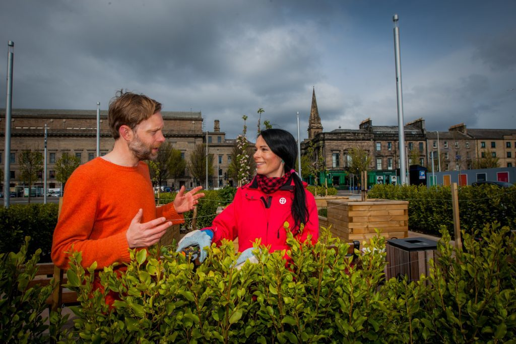 Gayle chatting to Jonathan Baxter in Slessor Gardens.