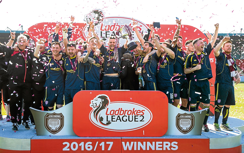 06/05/17 LADBROKES LEAGUE TWO FORFAR v ANNAN STATION PARK - FORFAR Arbroath team celebration with league 2 trophy