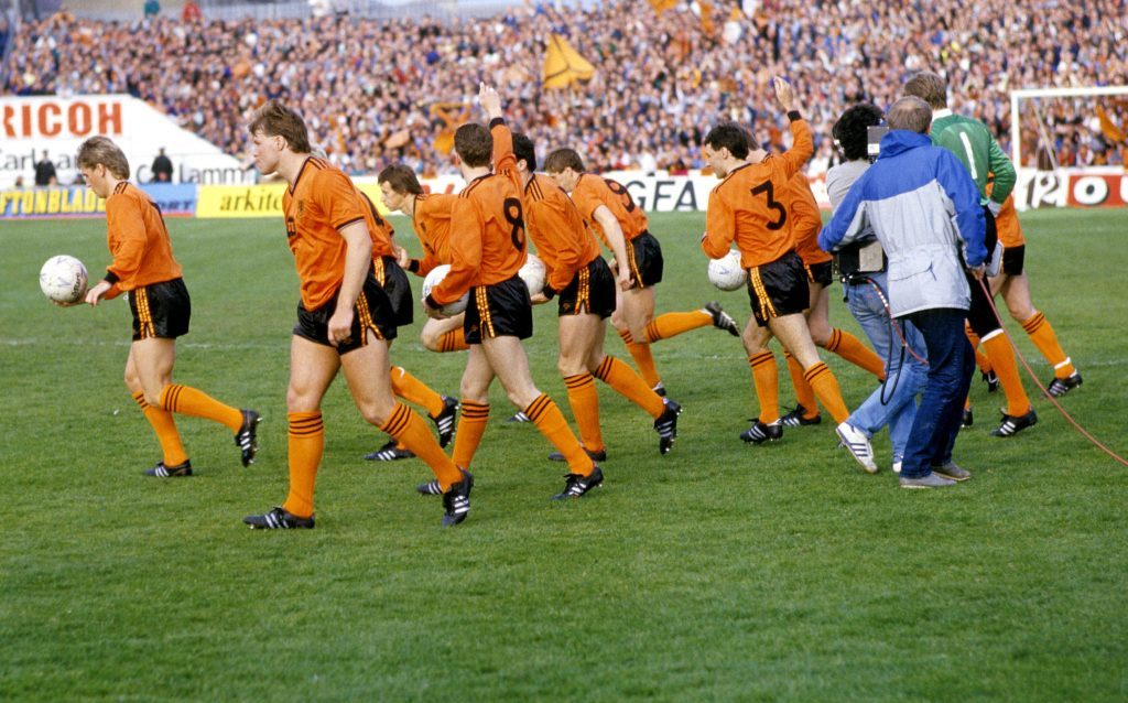 United take to the field for the second leg of the Uefa Cup final.