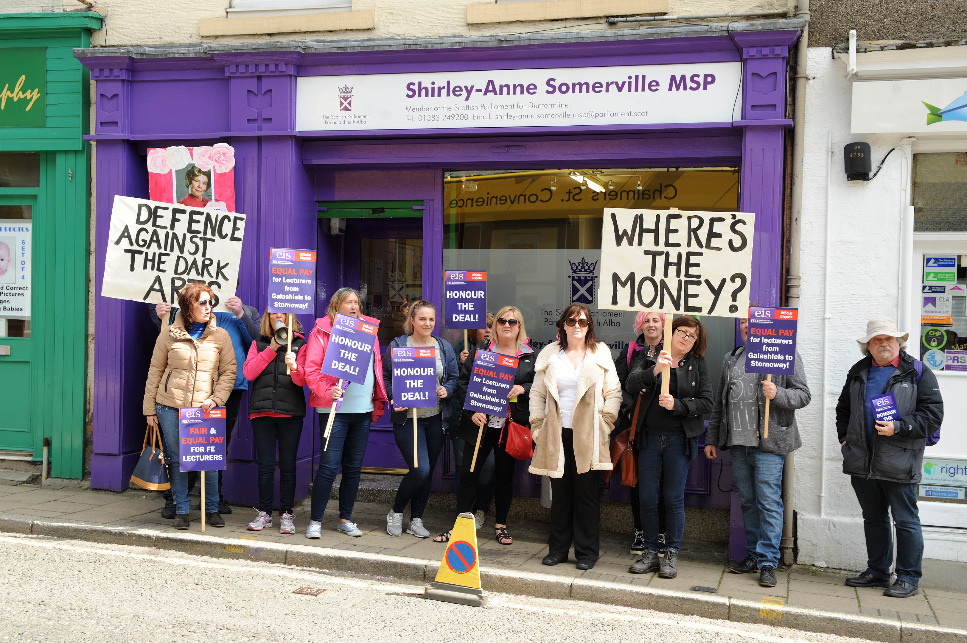 College lecturers demonstrate outside Shirley-Anne Somerville's office  (c) David Wardle