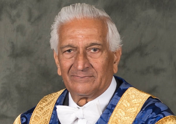 Lord Naren Patel has stepped down as Dundee University chancellor.