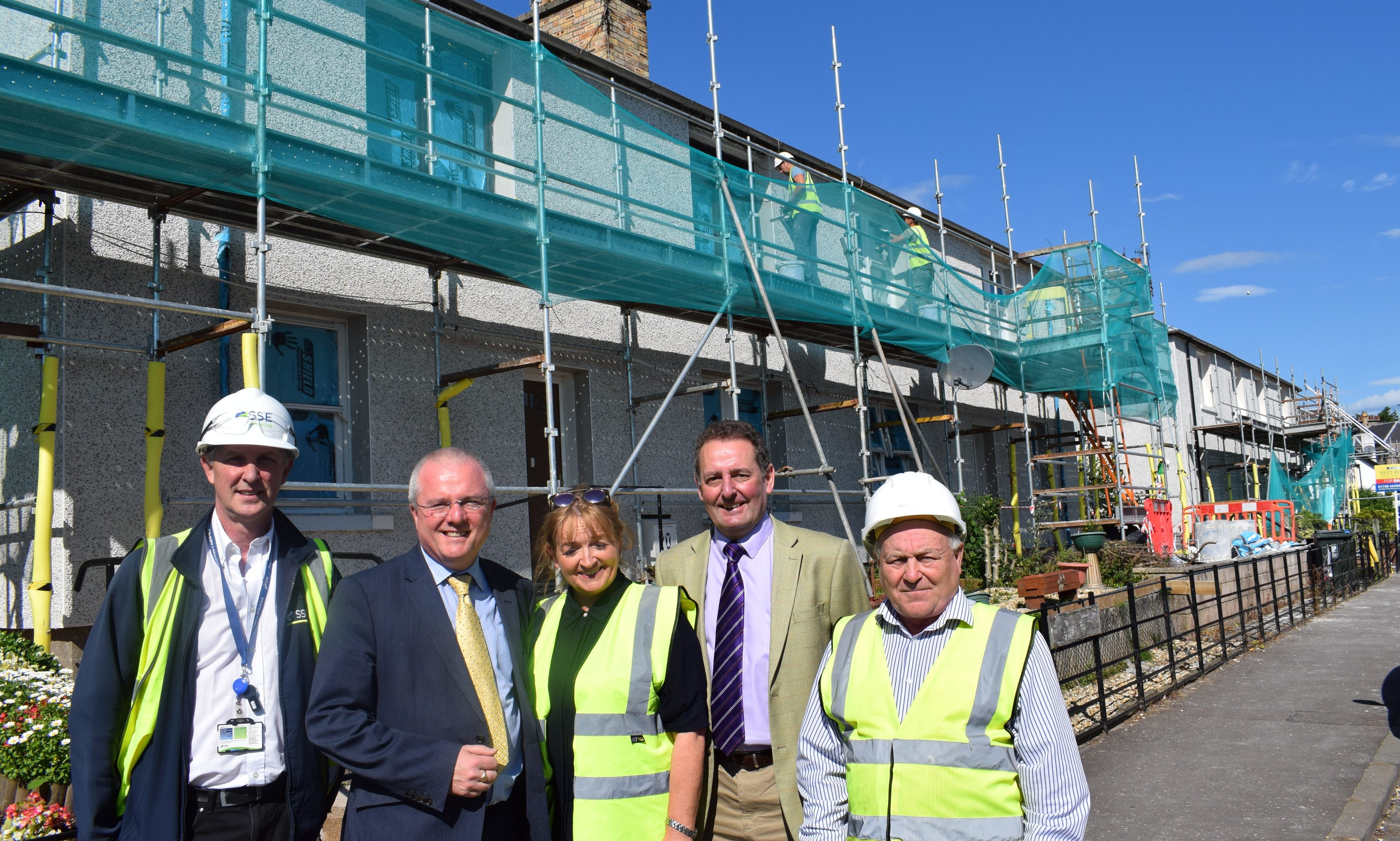 New insulation roll-out across Perthshire: (l-r): Graham Heron, Project Supervisor SSE; Cllr Peter Barrett; Marion Gracie from contractor SERS; Cllr Harry Coates; Tommy Dunn, Site Manager, SERS.