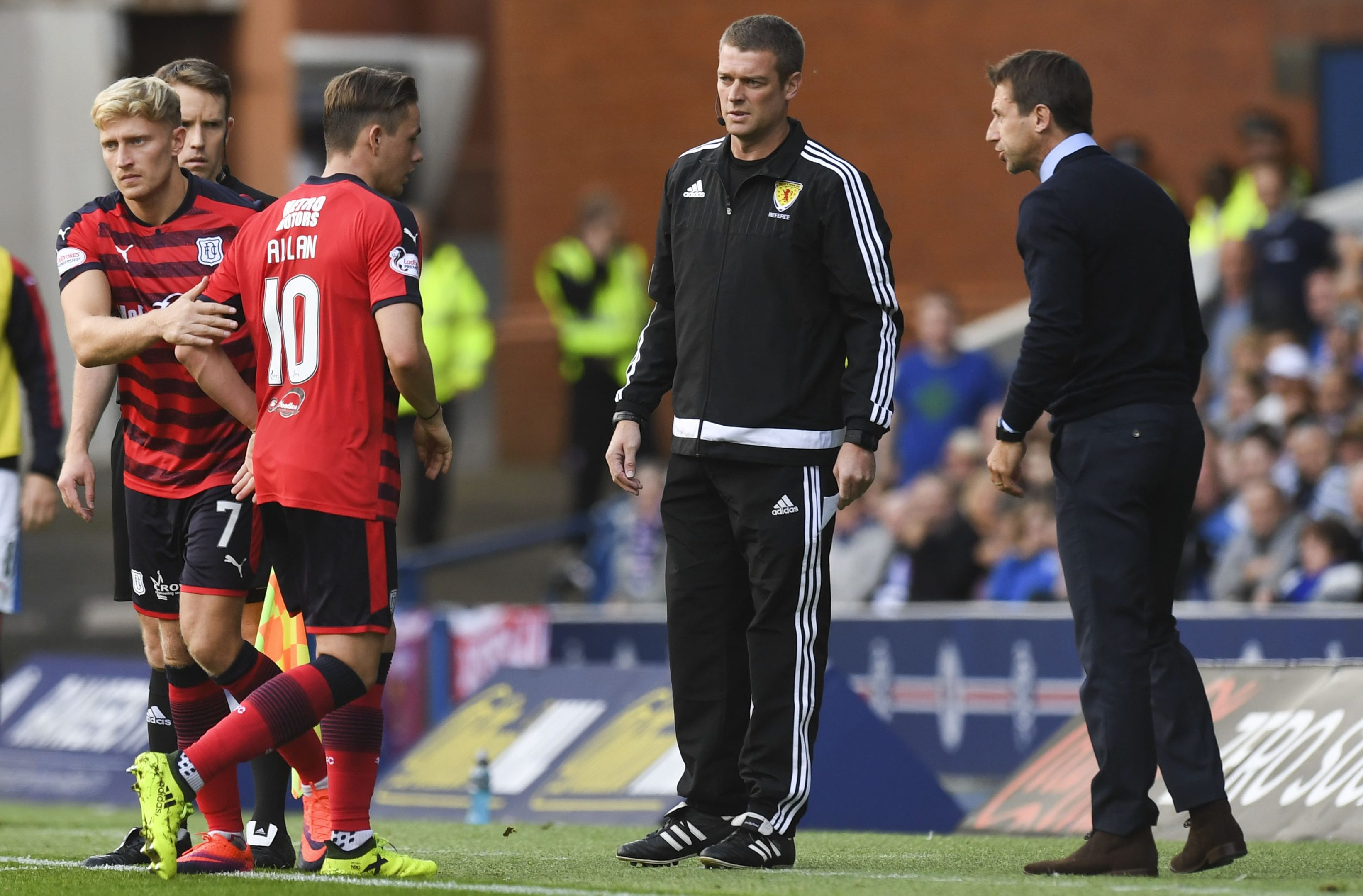 Dundee manager Neil McCann (right) with Scott Allan as he is substituted.