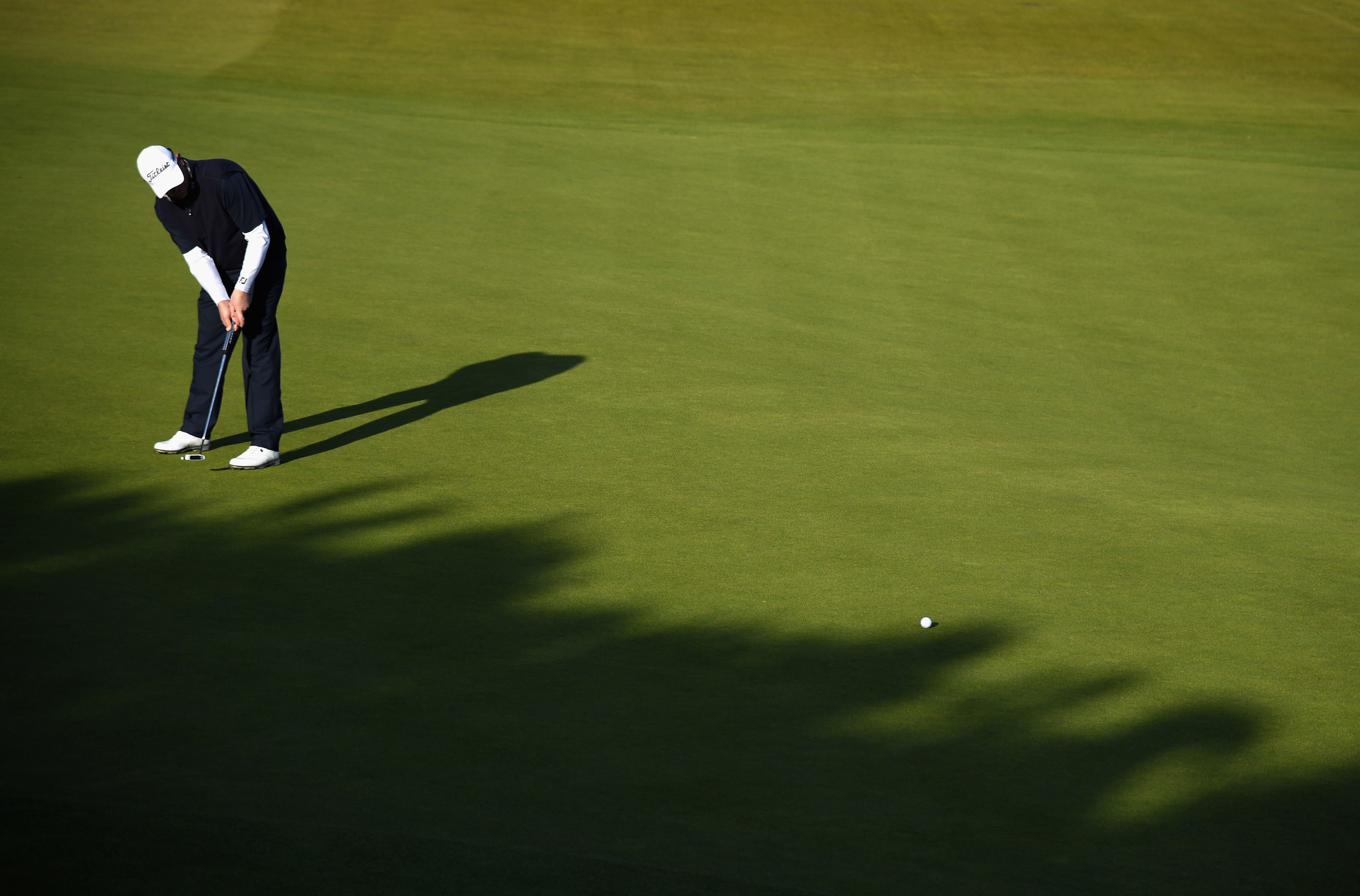 David Drysdale putts on the 12th green at Kingsbarns on his way to a 67.