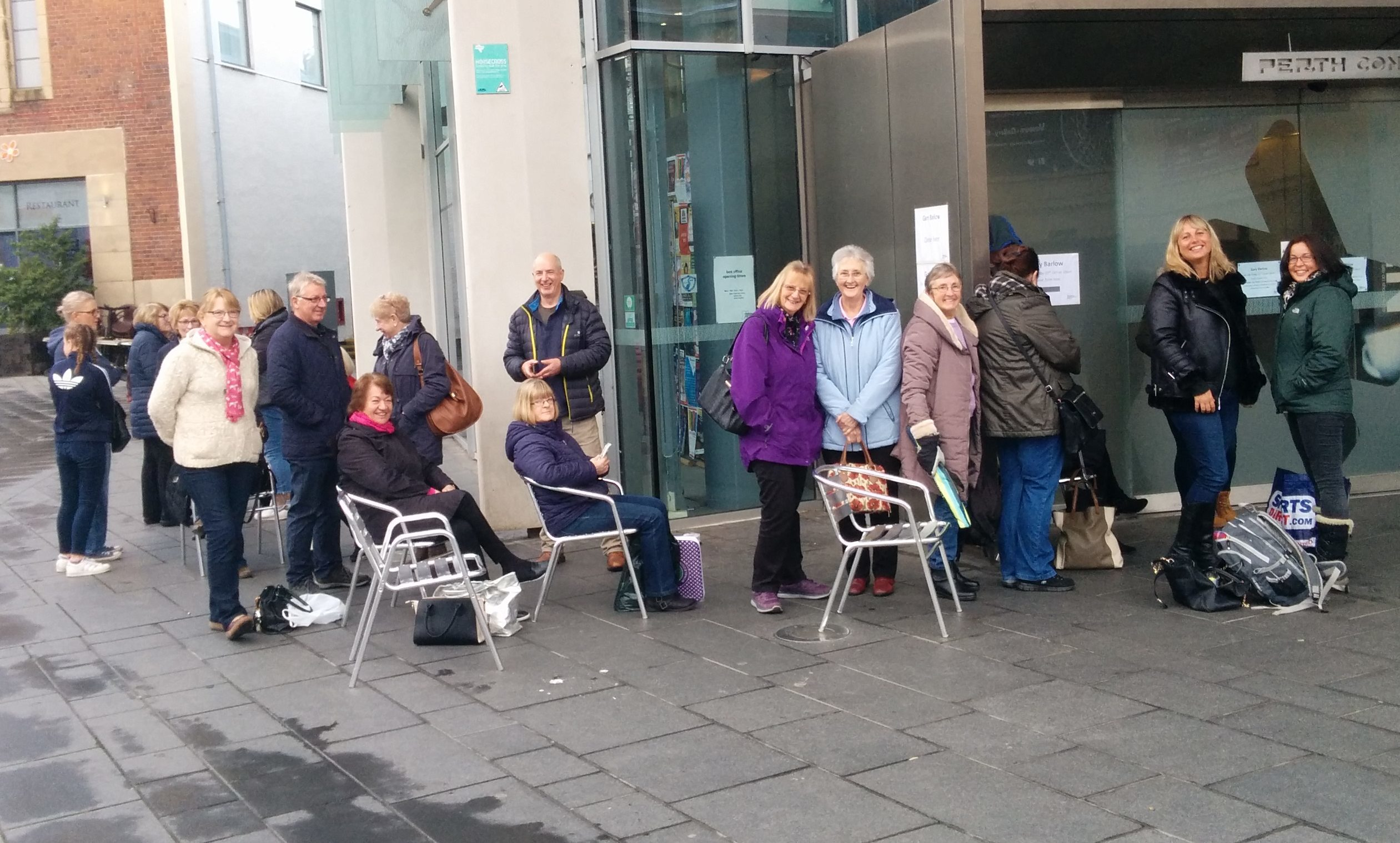 Perth fans queue for Gary Barlow tickets