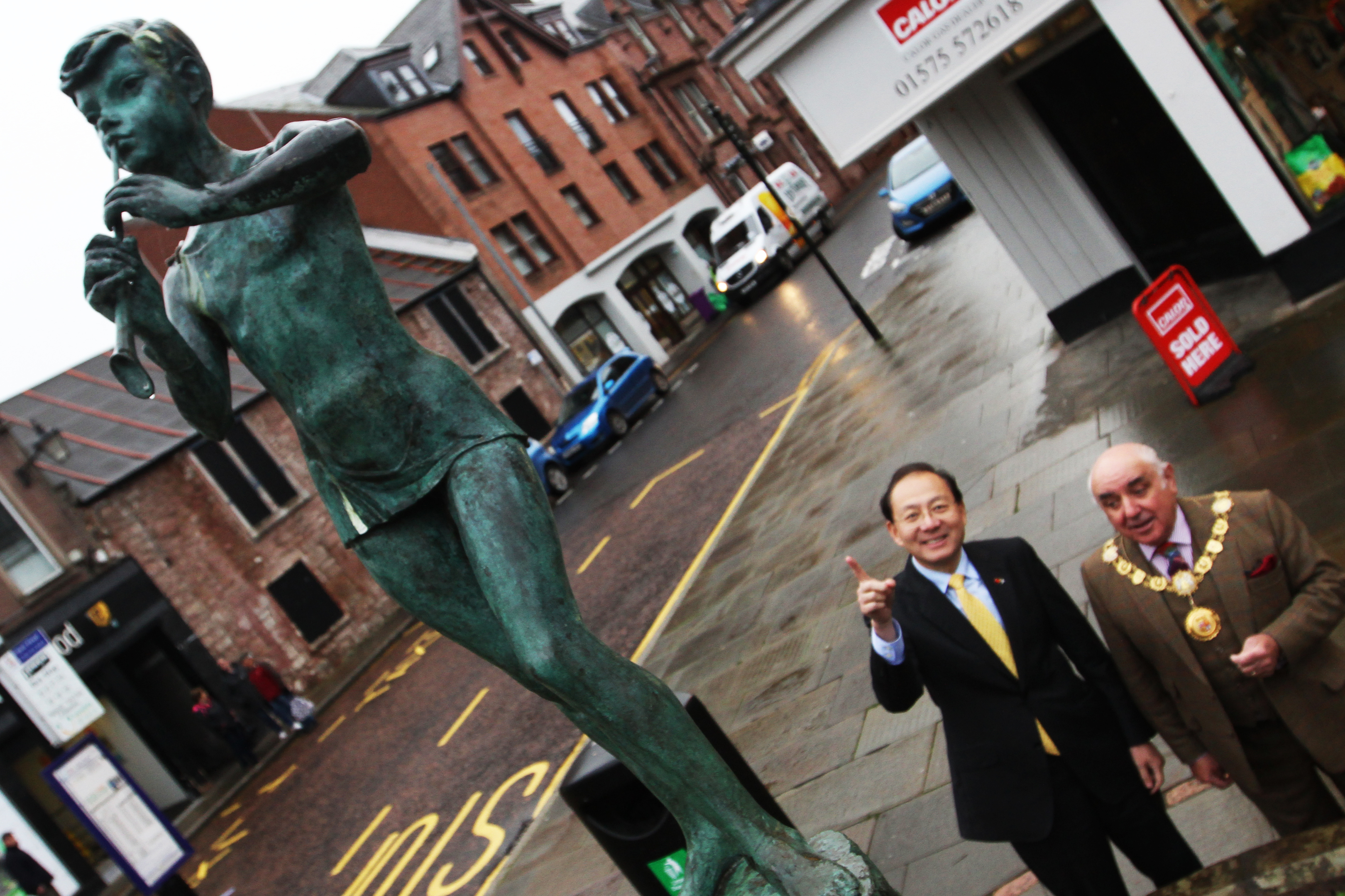 Chinese Consul General Pan Xinchun viewing the Peter Pan sculpture with Provost Ronnie Proctor.