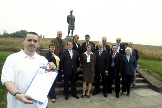 Jeff Duncan with SNP politicians at the Black Watch memorial in 2004.