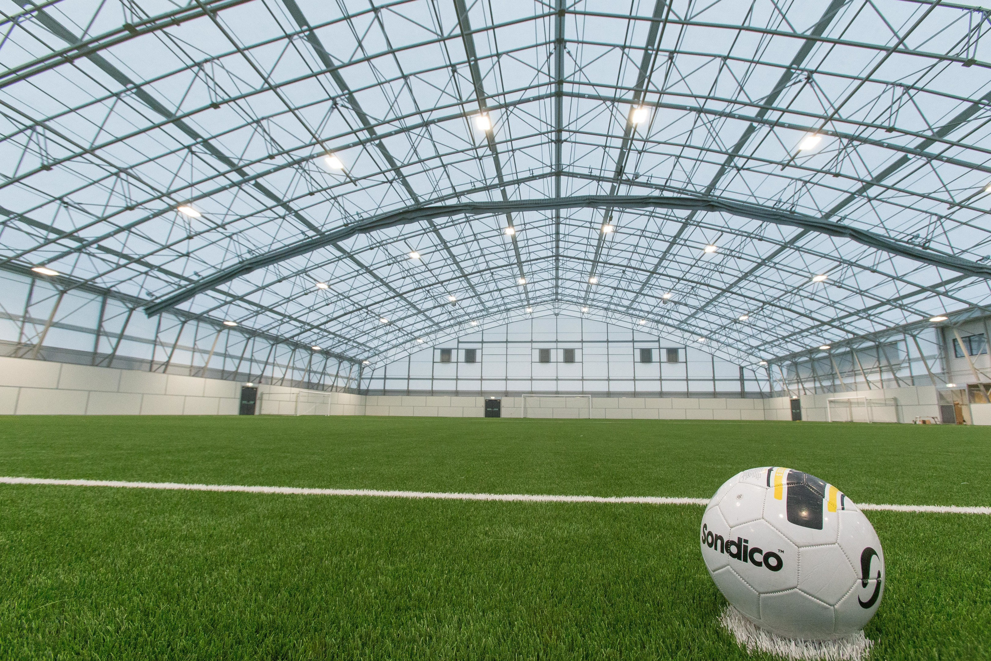 Courier News - Fife - Jonathan Watson - New Indoor Football Pitch at Michael Woods Sports Centre nearing completion. - Glenrothes - Picture Shows: Interior of the vast new Indoor Football Pitch at Michael Woods Sports Centre in Glenrothes. - Wednesday 20 December 2017