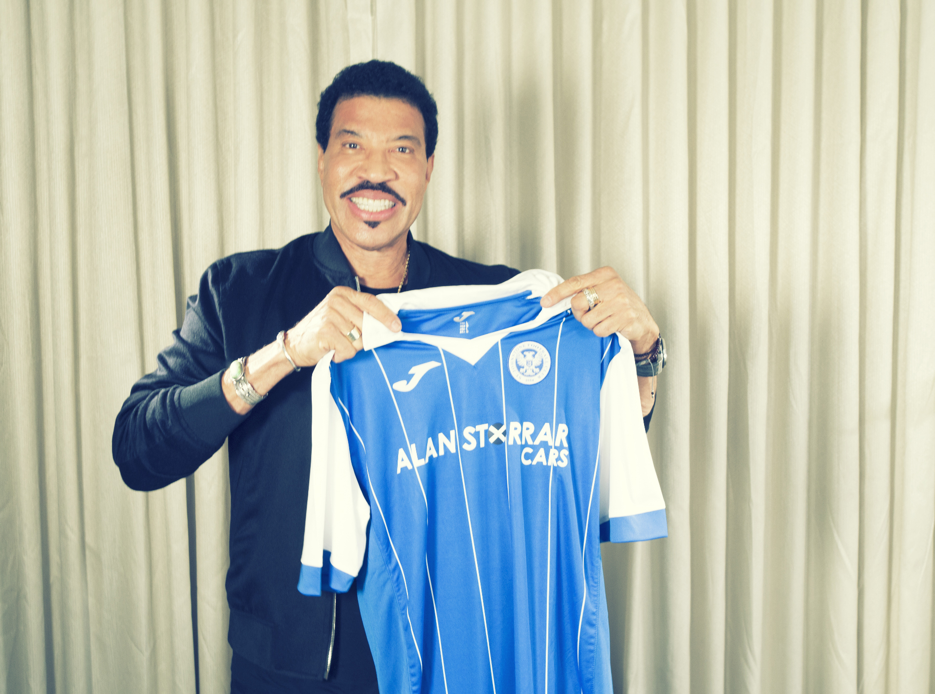Lionel Richie with a St Johnstone FC top