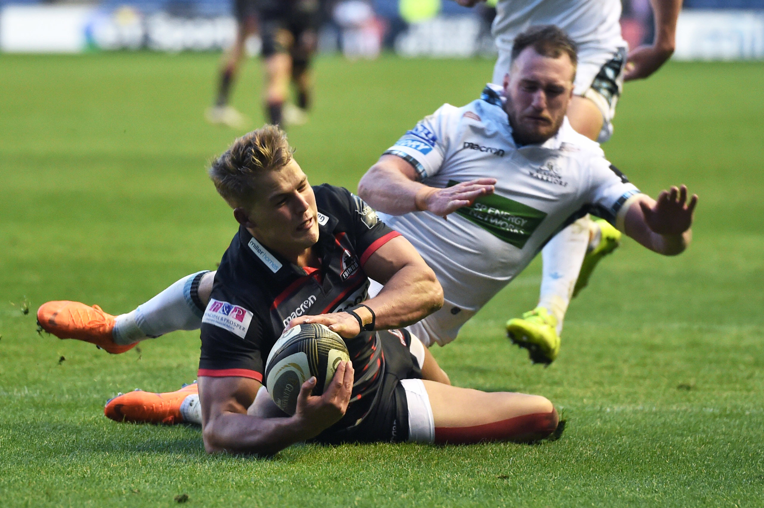 Duhan Van Der Merwe scores a Edinburgh's third try.