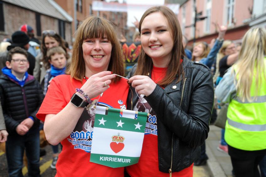 Elaine Findlay and Abbie Ramsay with the Kirriemuir flag