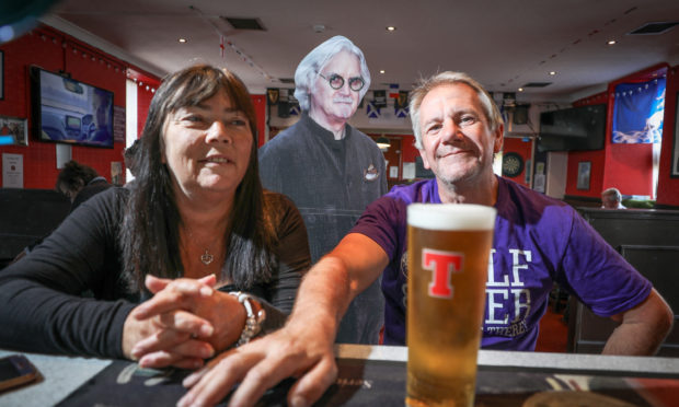 Jackie and Kevin Liddell share a drink with the Big Yin.