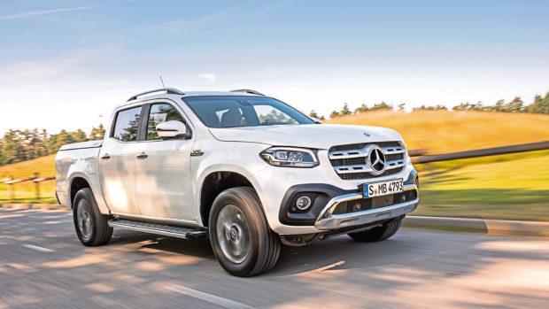 Mercedes-Benz X-Klasse  Exterieur X 350 d 4MATIC, 190 kW (258 PS), Beringweiß metallic, Ausstattungslinie POWER, 18 Zoll Felgen, (vorläufige Werte: Kraftstoffverbrauch kombiniert: 9,0 l/100 km, CO2-Emissionen kombiniert: 237 g/km); Mercedes-Benz X-Klasse  Interieur X 350 d 4MATIC, Ausstattungslinie POWER, Sitzbezug Leder schwarz, Fahrprogrammschalter DYNAMIC SELECT, (vorläufige Werte: Kraftstoffverbrauch kombiniert: 9,0 l/100 km, CO2-Emissionen kombiniert: 237 g/km) //  Mercedes-Benz X-Class  Exterior X 350 d 4MATIC, 190 kW (258 PS), bering white metallic, equipment line POWER, 18 inch wheel-rims, (Preliminary data: fuel consumption combined: 9.0 l/100 km, CO2 emissions combined: 237 g/km); Mercedes-Benz X-Class  Interior X 350 d 4MATIC, equipment line POWER, upholstery Leather black, DYNAMIC SELECT system, (Preliminary data: fuel consumption combined: 9.0 l/100 km, CO2 emissions combined: 237 g/km)