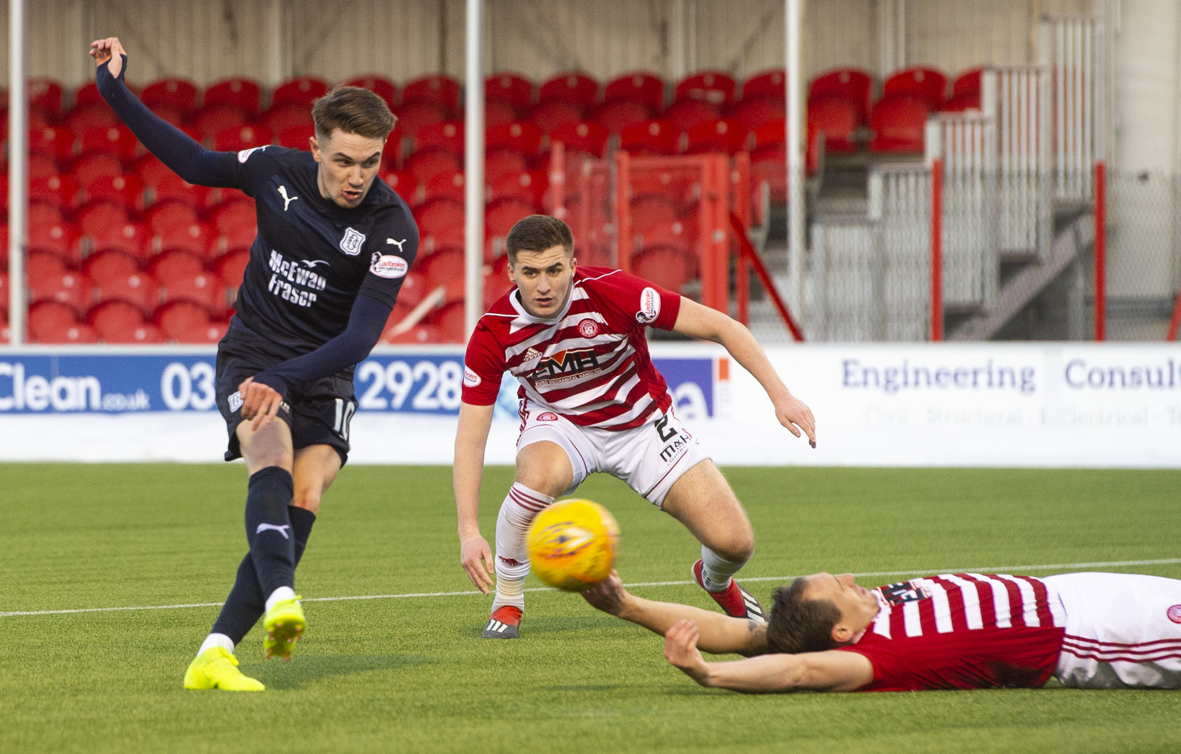 Scott Wright scores to make it 1-0 Dundee.