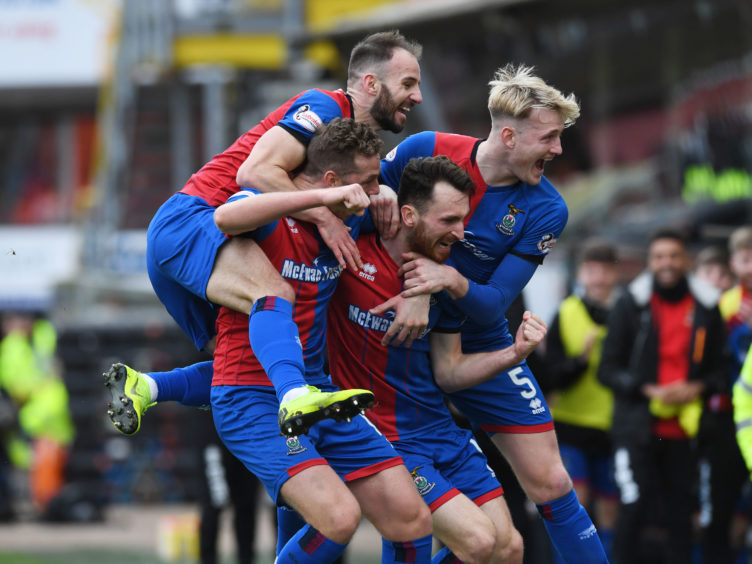 WILLIAM HILL SCOTTISH CUP QUARTER FINALDUNDEE UNITED V INVERNESS CTTANNADICE - DUNDEEThe Inverness players celebrate Joe Chalmers& opening goal.