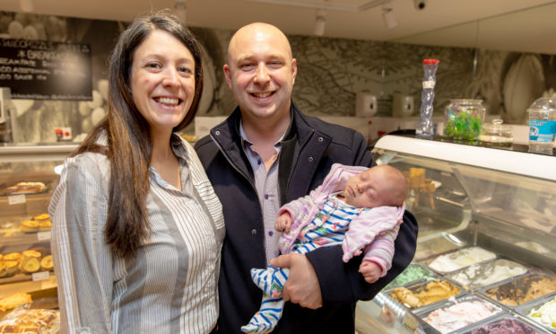 Joanna (34) and husband Franck Casonato (35) were surprised when Franck had to deliver his own daughter, Francesca, as she arrived.