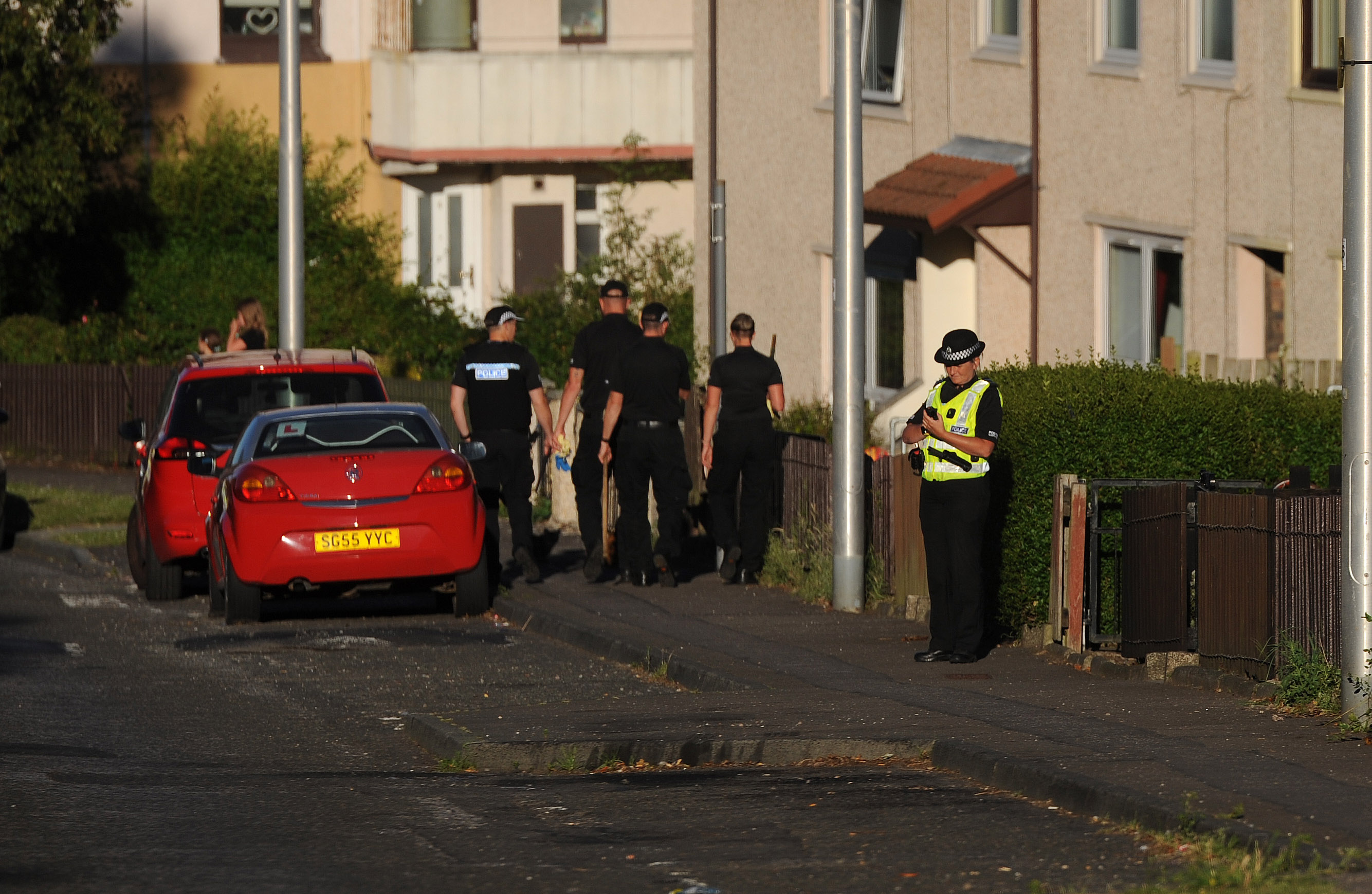 Police search team in Kirkcaldy's Valley Gardens.  (c) David Wardle
