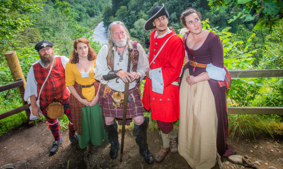 In the centre is John Neilson (enactor with Soldiers of Killiecrankie) alongside Saor Alba members (left to right) Niko Magnus, Anne Delaforterie, Louis-Victor Phonyotha and Emma Dardeau.