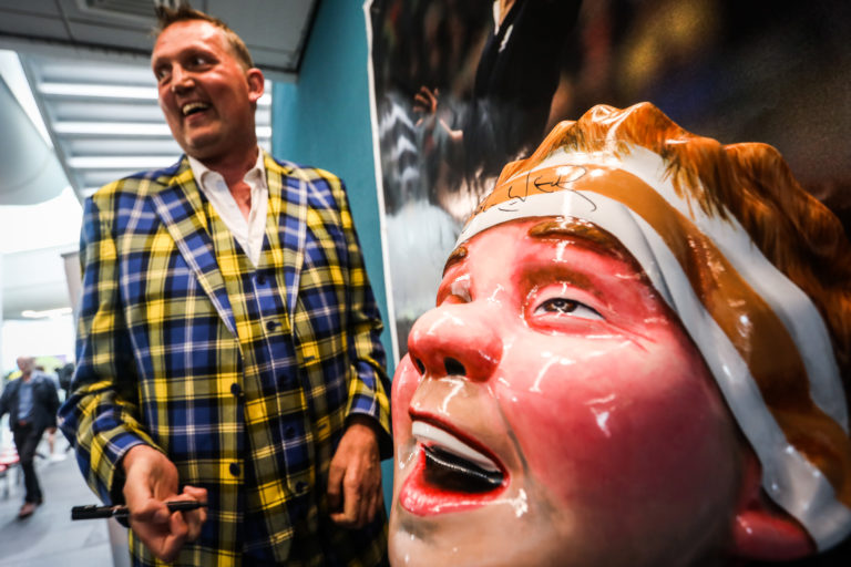 Scottish rugby legend and MND campaigner Doddie Weir has visited and signed an Oor Wullie sculpture designed in his honour.