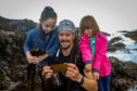 Seaweed Forager Jayson Byles from Anstruther shows Jessica, 4, and Emma Stollery, 9, from Dalgety Bay the different types of edible seaweed you can find locally.