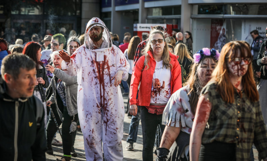 Members of the public reacting to zombies in their midst.