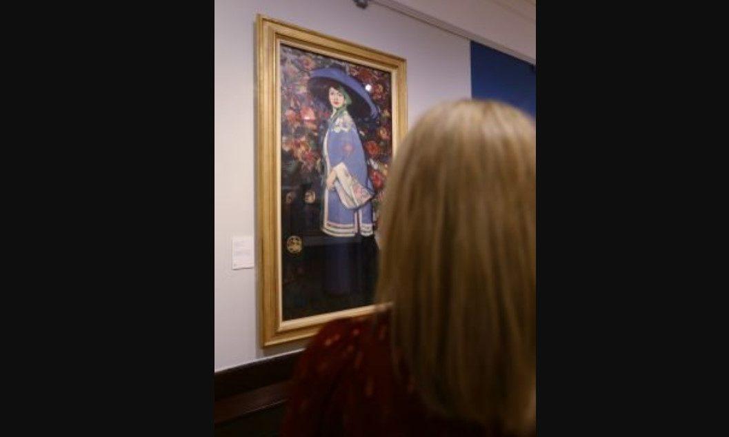 Onlookers admire Fergusson's work. Picture Dougie Nicolson.