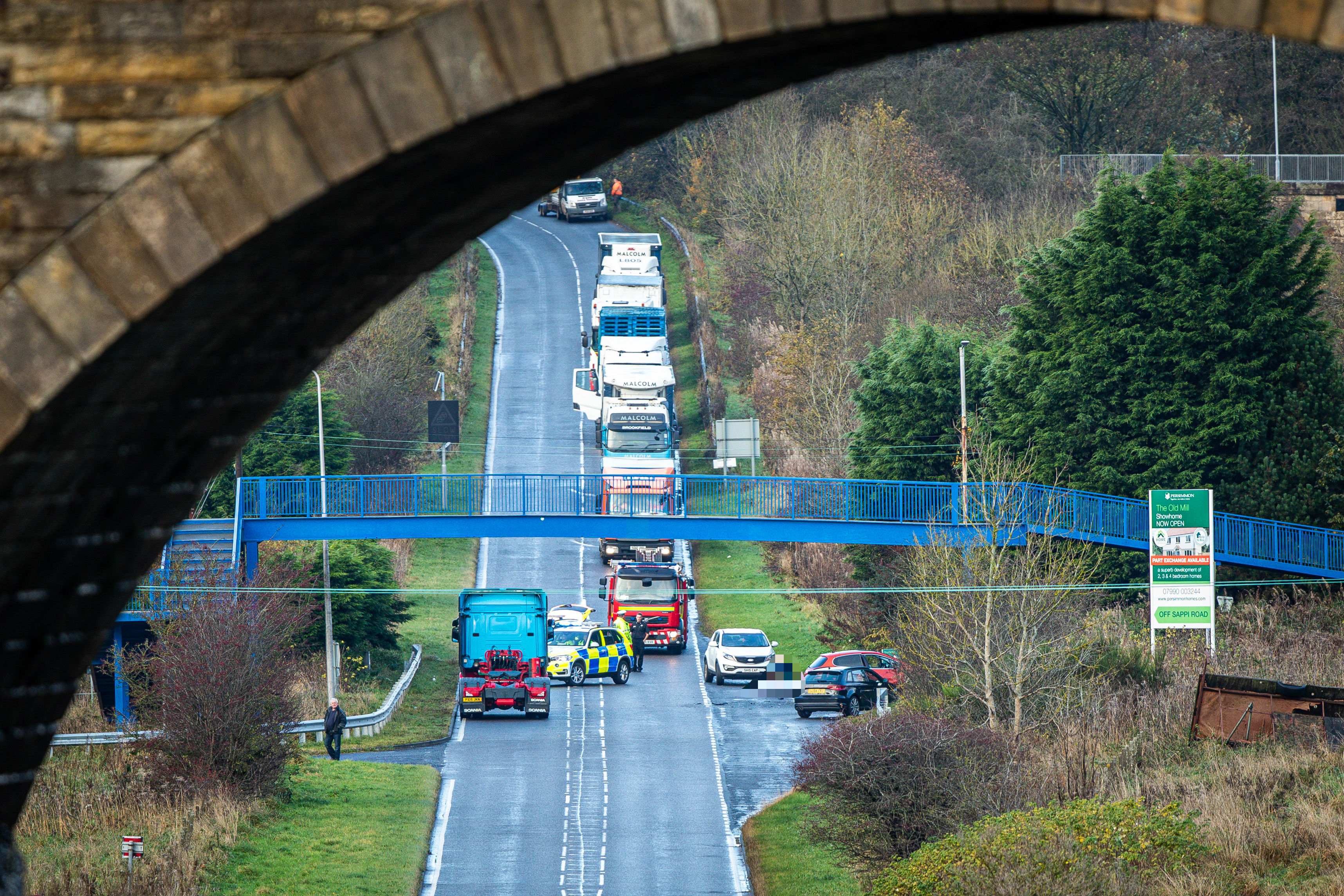 Police have closed the A911 Glenrothes to Leven road following the crash.