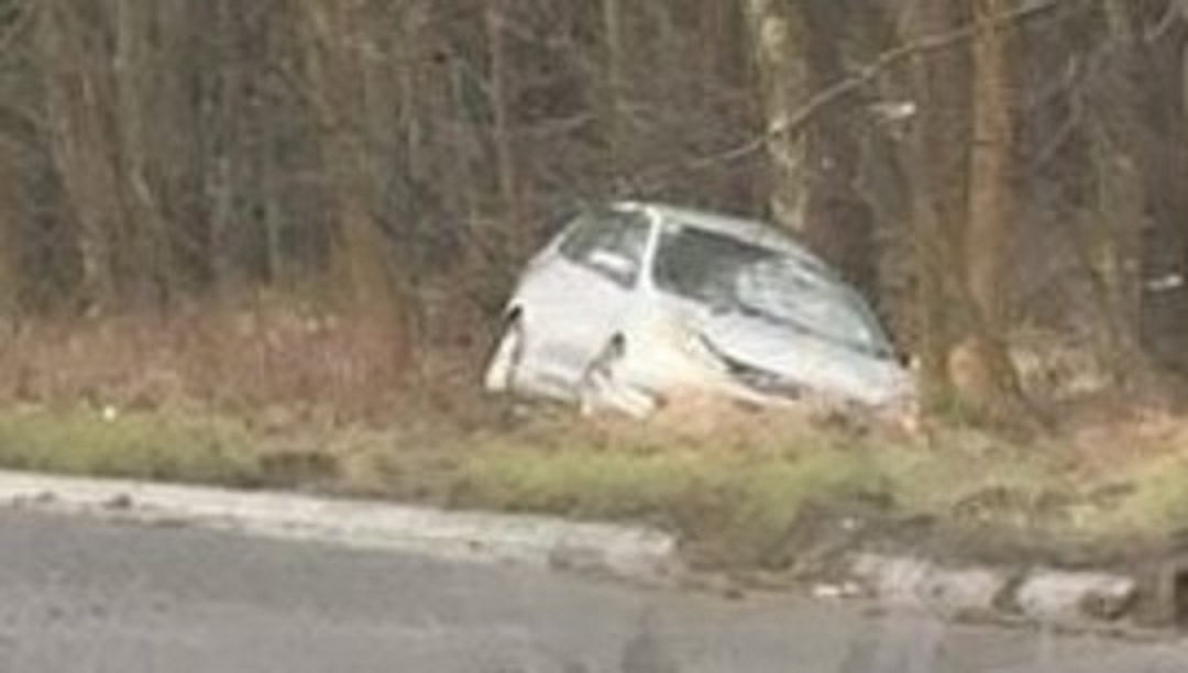Car strikes tree after leaving A915 Standing Stane Road.