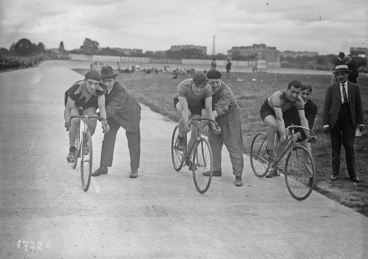 Cyclists at the Parc des Princes in 1921.