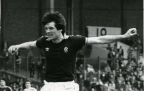 Les Barr in action for Dundee.