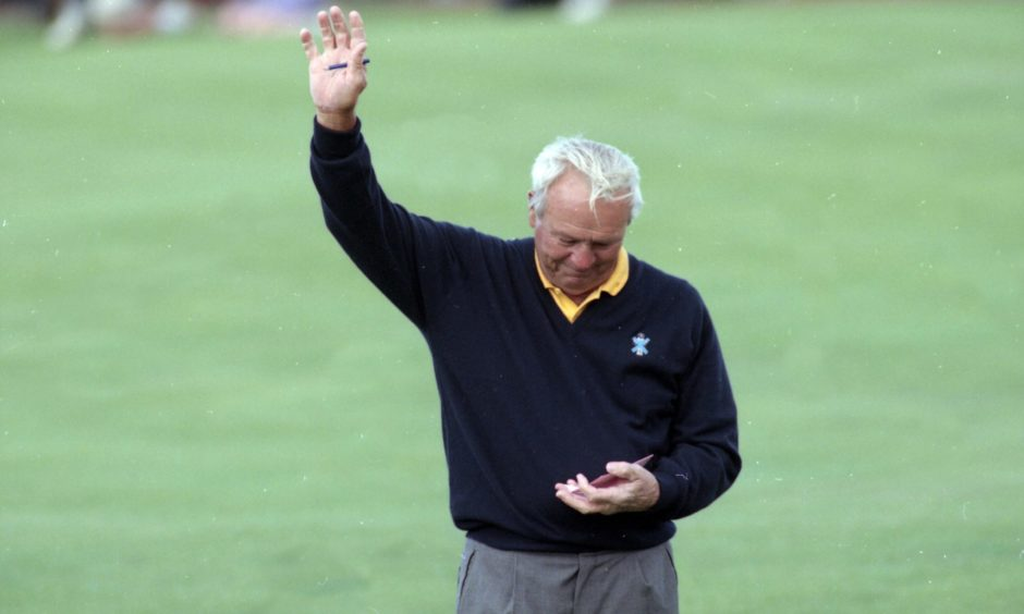 Arnold Palmer waves farewell in 1995 at the Old Course.