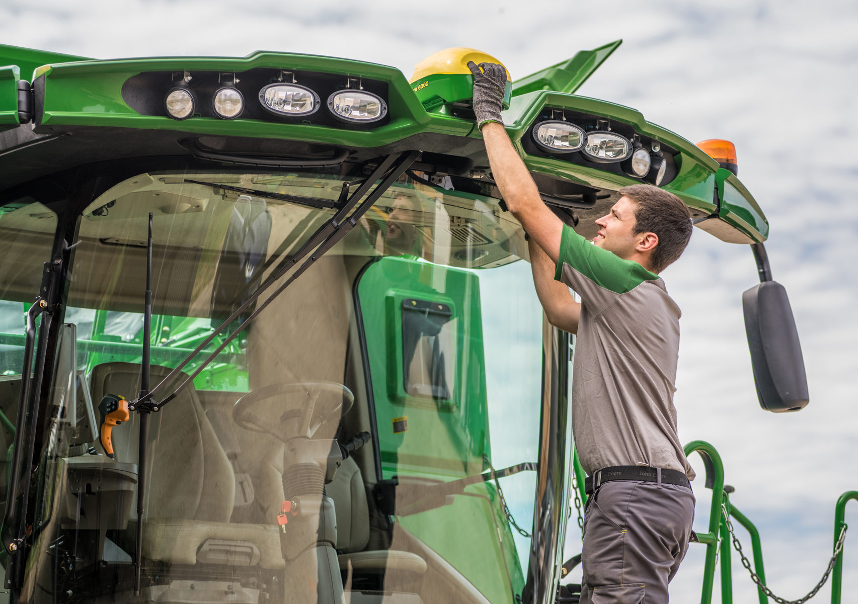 Thieves are targetting John Deere StarFire receivers and cab display units.