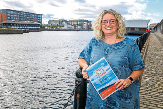 Evening Tele - News - Jon Brady - Dundee City Deals - CR0003838 - Dundee - Picture Shows: CEO of Dundee & Angus Chamber of Commerce, Alison Henderson at City Quay  - Monday 24th September 2018