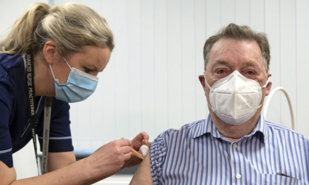 James Shaw, 82, from Dundee was the first i Scotland to receive the Astrazeneca vaccine.