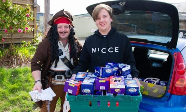 Lee Mills (right) and Richard from Dundee Thegither handing out food parcels